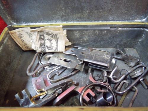 antigua lata con repuestos de maquina de coser
