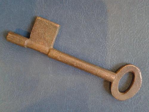 antigua llave de bronce 13 cm.