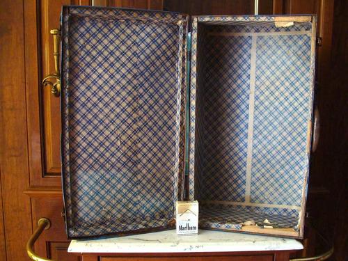 antigua maleta azul de lamina.