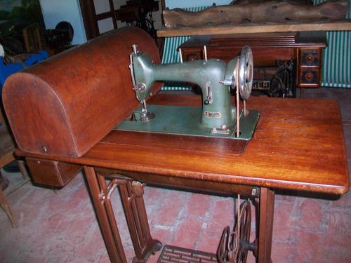 antigua maquina de coser husqvarna, funcionando