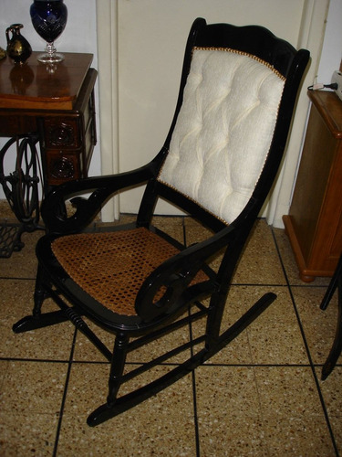 antigua mecedora con esterilla laqueada en negro t blanco