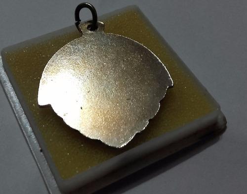 antigua medalla metalica dorada + estuche plastico
