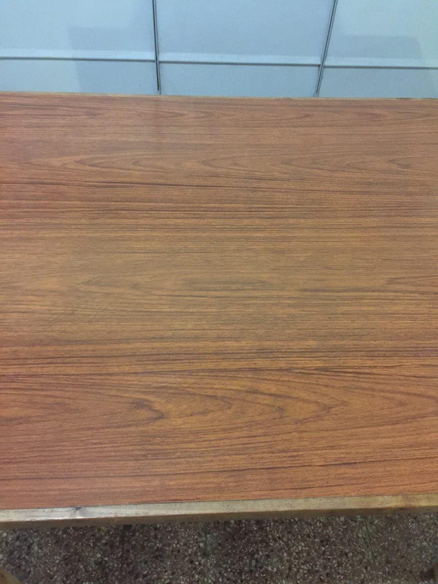 Antigua mesa de madera y tapete de carmica en for Mesa madera antigua