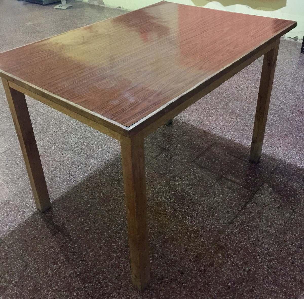 Antigua mesa de madera y tapete de carmica en for Mesas antiguas de madera