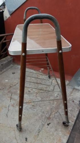 antigua mesa de tv con rueditas estilo americano