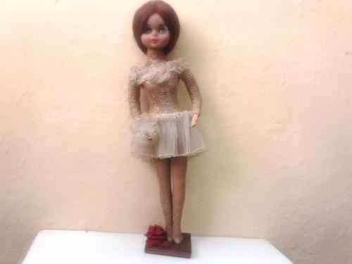antigua muñeca en caucho y tela mide 49cm de alta