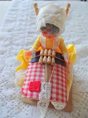 antigua muñeca souvenir vestimenta tipica brujas belgica 14c