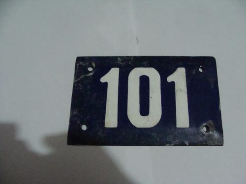 antigua numero 101 porcelanizado , mide  14 x 9 cm