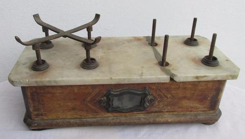 antigua pequeña balanza 2 platos, marmol madera, a restaurar