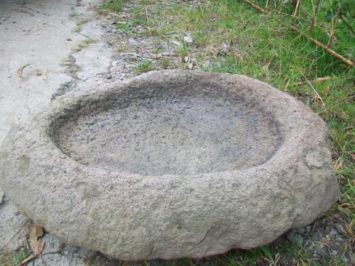 antigua piedra grande de moler, mide 78 ctms.