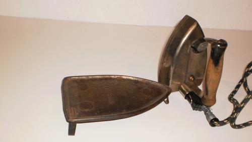 antigua plancha con base de matal
