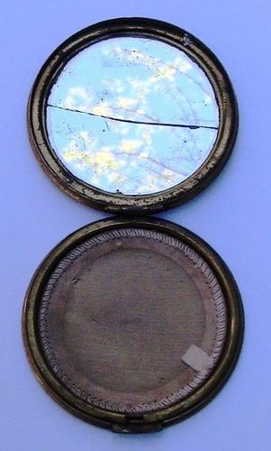 antigua polvera de chapa con aplique