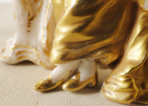 antigua porcelana europea blanca con detalles dorados (1174)