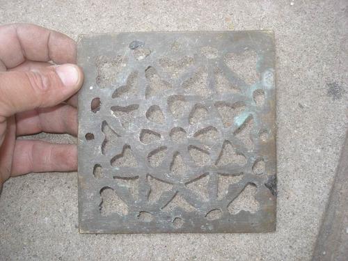 antigua rejilla de bronce sin marco 12,2 x 12,4cm pesa 200 g