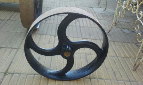 antigua rueda de hierro.
