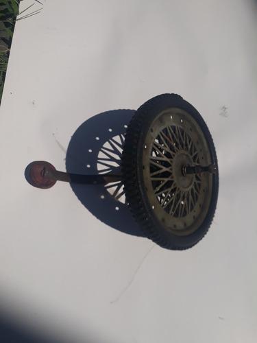 antigua rueda de triciclo