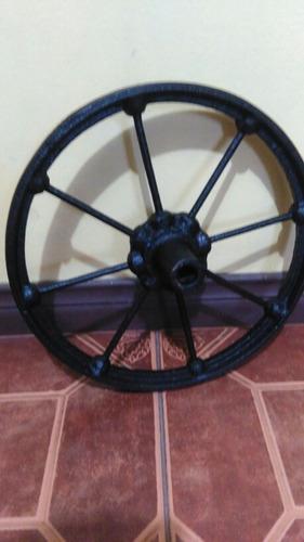 antigua rueda hierro solido fundido, remachada no soldadura