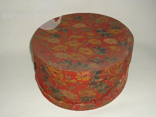 antigua sombrerera caja de cartón forrada a mano con tela.