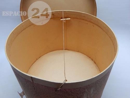 antigua sombrerera redonda de cartón grande forrada en papel