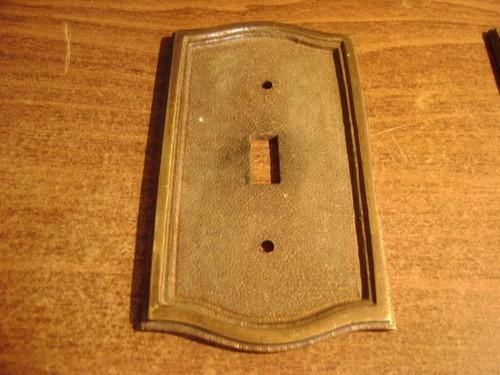 antigua tapa de luz de bronce masiso