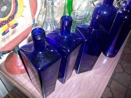 antiguas botellas de color azul, miden 31 ctms, p/ unitario