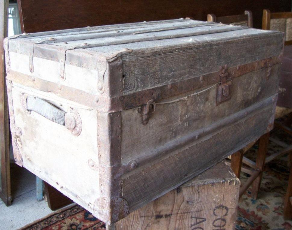 Antiguo ba l arc n de madera con refuerzos de chapa metal - Baul de madera antiguo ...