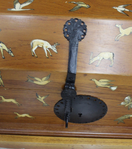 antiguo baúl con incrustacones de hueso siglo xx