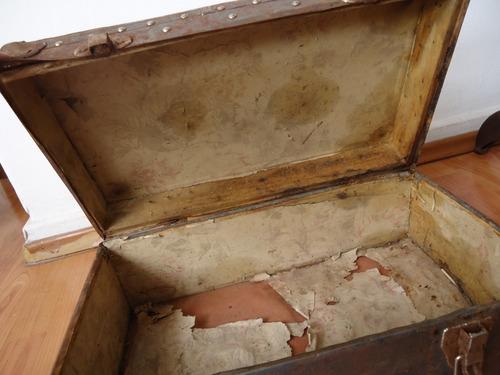 antiguo baúl de mano metálico vintage de finales de los 20´s