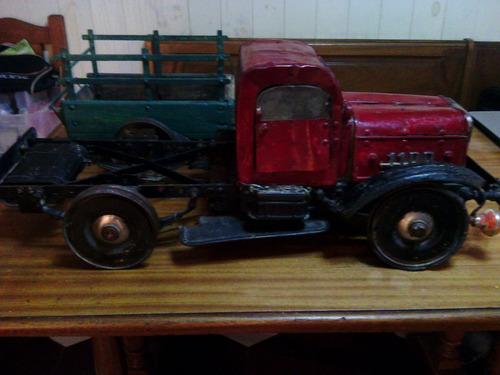 antiguo camion artesanal de juguete y arrastre