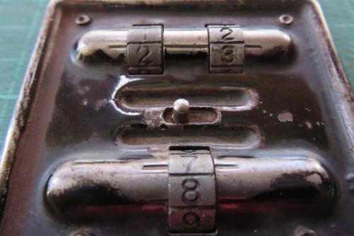 antiguo candado con combinacion