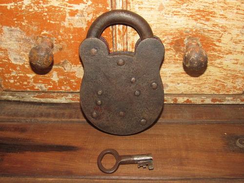 antiguo candado con llave