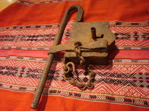 antiguo candado llave