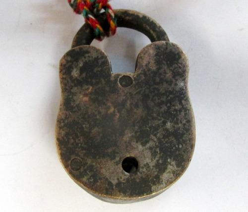 antiguo candado llave,