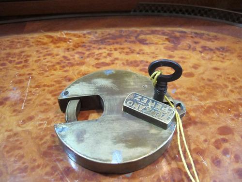antiguo candado redondo de bronce con llave