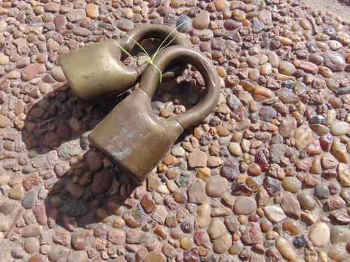antiguo candado zeta de bronce sin llave perita