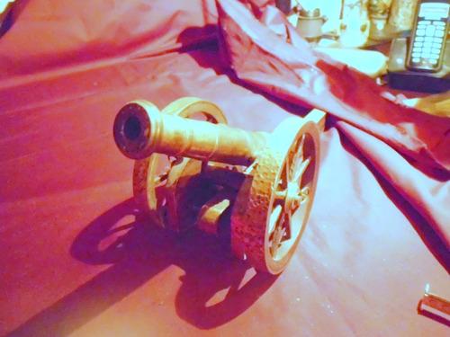 antiguo cañon de bronce sobre cureña magnifica fundicion
