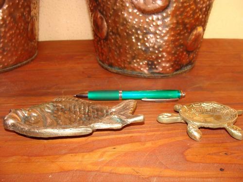 antiguo cenicero de bronce con forma de pez
