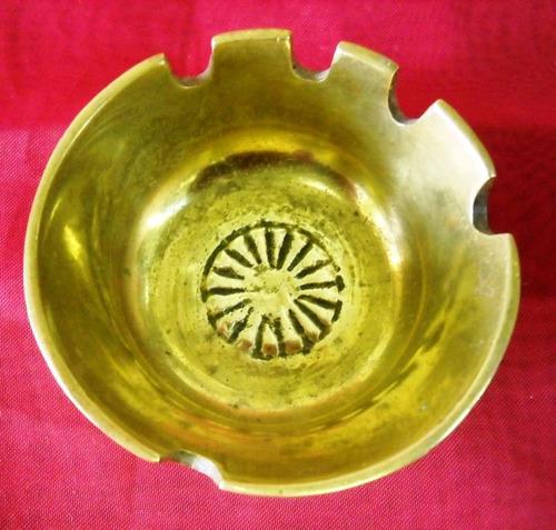 antiguo cenicero de bronce macizo diámetro 7 cm. (985p)