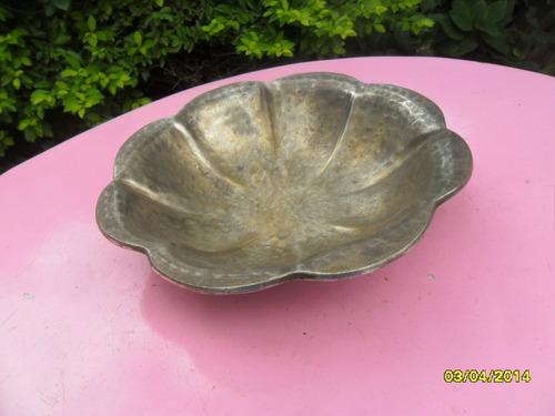 antiguo? centro mesa fuente forma de gajos, martillado