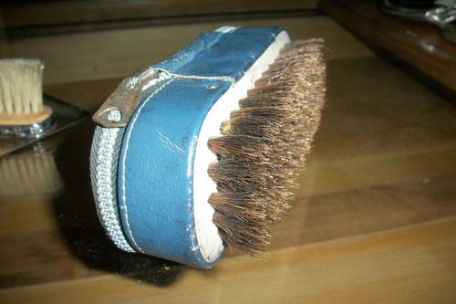 antiguo cepillo lustrazapatos con su estuche cuero