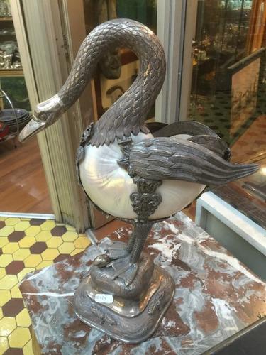 antiguo cisne de plata y concha de nautilus estilo colonial.