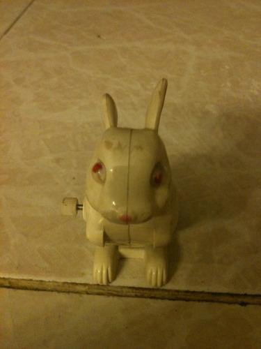 antiguo conejito  de juguete de cuerda