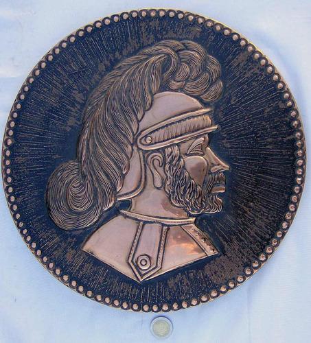 antiguo cuadro caballero armadura en cobre en alto relieve.