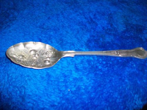 antiguo cucharon de acero con relieve made in england