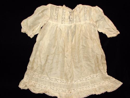 antiguo divino vestido de bebé de seda natural con puntillas