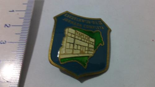 antiguo escudo pin  escuela 18 yapeyu