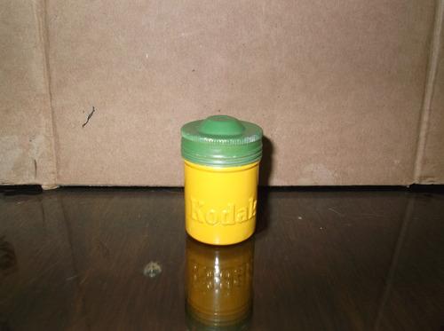 antiguo frasco de lamina con rollo fotografico kodak