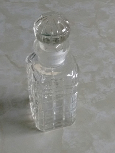 antiguo frasco de perfume con su tapon