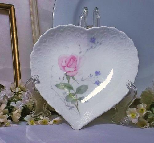 antiguo hermoso plato porcelana con rosa