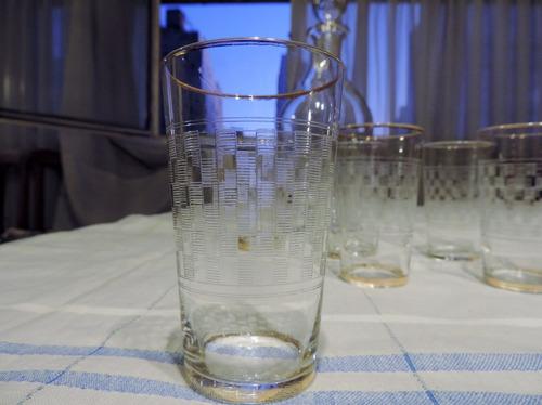antiguo juego de licorera y 6 vasos  borde oro con relieves